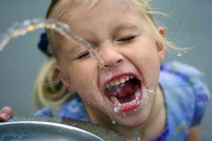 peuters leren water drinken - ideate afbeelding